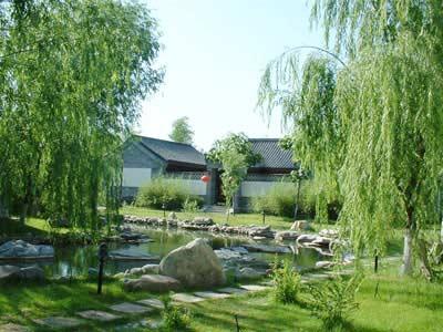 蟹岛位于北京市朝阳区金盏乡蟹岛路1号,距离北京中心城区约10公里.
